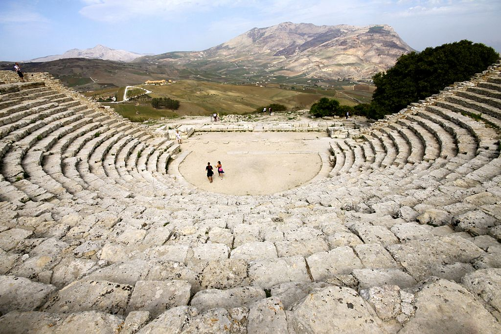 a history of ancient greek theater Characteristics of greek theater – lesson plan  adapt a modern story into ancient greek theatrical style create character masks for a dramatic production.