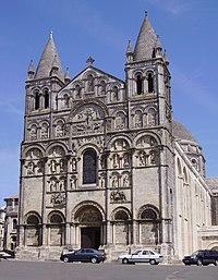 ด้านหน้าที่แต่งอย่างสวยหรูที่มหาวิหารโรมาเนสก์อองจูลีม (Angouleme Cathedral) ที่ฝรั่งเศส