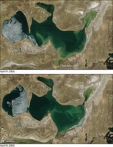 コカラル堤防建設前(写真下)と後(写真上)での北部小アラル海の衛星写真比較