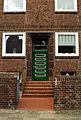 Badenstedter Straße 20 Hannover Linden-Mitte Hauseingang hinter Treppen, Portal-Einfassung mit Terrakotta-Grafiken geometrischer Jugendstil.jpg