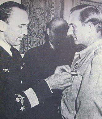 Carl Gustaf von Rosen - Carl Gustaf von Rosen (right) receiving a decoration from Bengt Nordenskiöld.