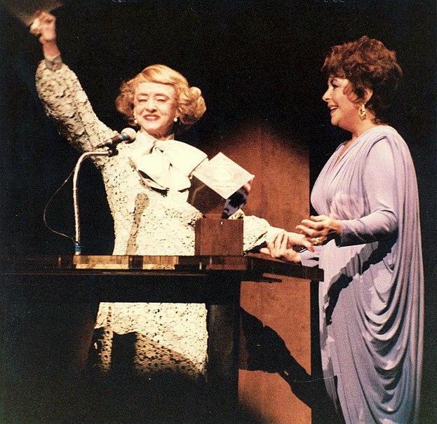 Ficheiro:Bette Davis Elizabeth Taylor.jpg