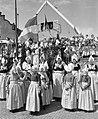 Bezoek Scharf aan Volendam. Volendamse meisjes, Bestanddeelnr 912-4945.jpg