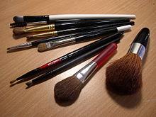 In primo piano una coppia di pennelli per sfumare il make-up
