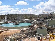 Edifícios e equipamentos de uma grande operação de mineração