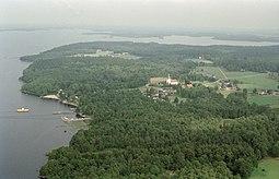 Luftfoto over Bolmsö kirkeby på den nordlige del af øen.   På billedet ses blandt andet færgen som går til Sunnaryd og Bolmsö kirke.   Billedet er fra 1997.