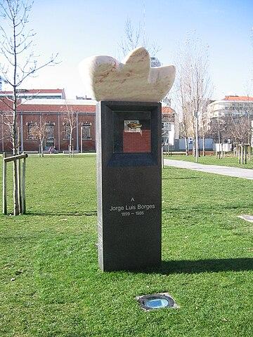 Памятник Борхесу в Лиссабоне