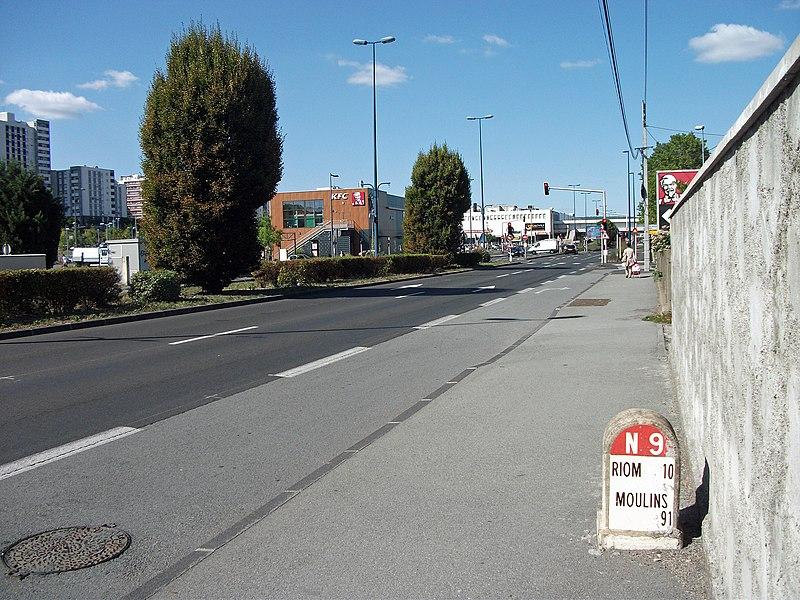 800px-Boulevard_%C3%89tienne_Cl%C3%A9mentel_%28N_9_PK_32%2C_Clermont-Ferrand%29_2015-09-07