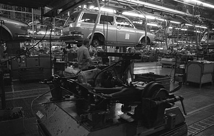 Volkswagen Type 4 assembly line in Wolfsburg as of 1973 Bundesarchiv B 145 Bild-F038791-0007, Wolfsburg, VW Autowerk.jpg