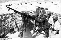 Bundesarchiv Bild 101I-468-1414-34, Süditalien, italienische Soldaten an Flak.jpg