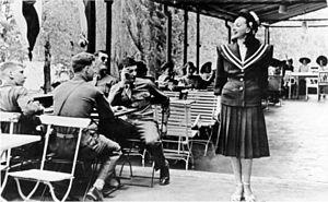 Fräulein - Image: Bundesarchiv Bild 146 1975 098 26A, Amerikanische Soldaten und deutsches Fräulein