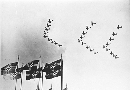 A Luftwaffe review, 1937 Bundesarchiv Bild 146-1978-106-25, Deutsche Luftwaffe.jpg