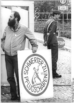"""Bundesarchiv Bild 183-1990-1029-014, Erfurt, vor Kaserne, """"Schwerter zu Pflugscharen"""""""