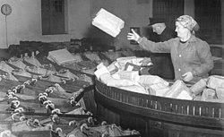 Bundesarchiv Bild 183-22350-0001, Berlin, Postamt O 17, Päckchenverteilung.jpg
