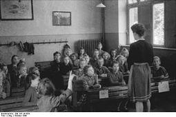 Bundesarchiv Bild 183-V01654, Erfurt, Wahl Vertrauensschülerin.jpg