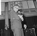 Burgemeester Thomassen bracht drie aapjes naar Blijdorp, hier met de jongste aap, Bestanddeelnr 918-2334.jpg
