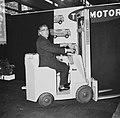 Burgemeester Thomassen op een heftruck bij het openen van de tentoonstelling, Bestanddeelnr 918-4372.jpg