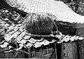 COLLECTIE TROPENMUSEUM Dak met in palmbladeren verpakte palmsuiker en een uit palmbladeren gevlochten mand in het dorp Rapa Daya TMnr 20000191.jpg