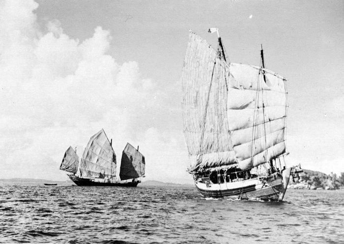 COLLECTIE TROPENMUSEUM De Chinese zeilschepen Yonken Sin Tong Heng (links) en Tek Hwa Seng bij Poeloe Samboe TMnr 10010680