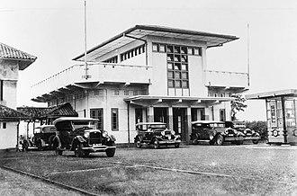 Halim Perdanakusuma International Airport - Image: COLLECTIE TROPENMUSEUM De aankomsthal van het vliegveld Tjililitan nabij Meester Cornelis T Mnr 60001160
