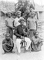COLLECTIE TROPENMUSEUM De ruim zeventig jaar oude regent van de Waèno-stam (Buru) met enkele bewoners van het merengebied hier in vol ornaat TMnr 10001634.jpg