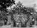 COLLECTIE TROPENMUSEUM Groepsportret met kinderen voor de tempel van Sangsit op Bali. TMnr 60008204.jpg