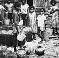 COLLECTIE TROPENMUSEUM Mensen bij de gemeenschappelijke waterput achter de markt van Tual met op de voorgrond de voor het eiland typische kruiken TMnr 20000117.jpg