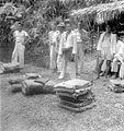COLLECTIE TROPENMUSEUM Opkoop van inlandse rubber in kampong Lampo Boentoel bij Sibolga Sumatra TMnr 10012713.jpg