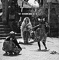 COLLECTIE TROPENMUSEUM Scene uit een Barong- en Krisdans in het voorhof van de dorpstempel TMnr 20000306.jpg