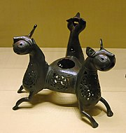 Tatakan lilin dari Iran berbentuk hewan, kini di Museum Louvre