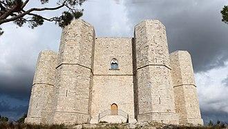Castel del Monte, Apulia - Image: Castel del monte, esterno 05,0
