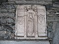 Casteldelfino, Relief über einem Brunnen.JPG