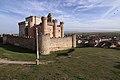 Castillo de Turégano,con Turégano al fondo, vista desde el noroeste.jpg