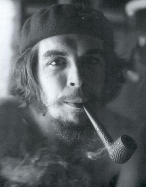 English: Che Guevara smoking a pipe at his gue...