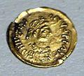 Cividale, necropoli di san mauro, tomba di donna adulta d'alto rango, 570-600 dc ca., tremisse a imitazione di coni bizantini di giustiniano.jpg