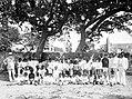 Collectie Nationaal Museum van Wereldculturen TM-10021191 Een schoolfoto van leerlingen en docenten van de Gemeente School in Oranjestad Sint Eustatius fotograaf niet bekend.jpg