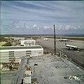 Collectie Nationaal Museum van Wereldculturen TM-20029833 Luchthaven Dr. Albert Plesman nabij Hato Curacao Boy Lawson (Fotograaf).jpg