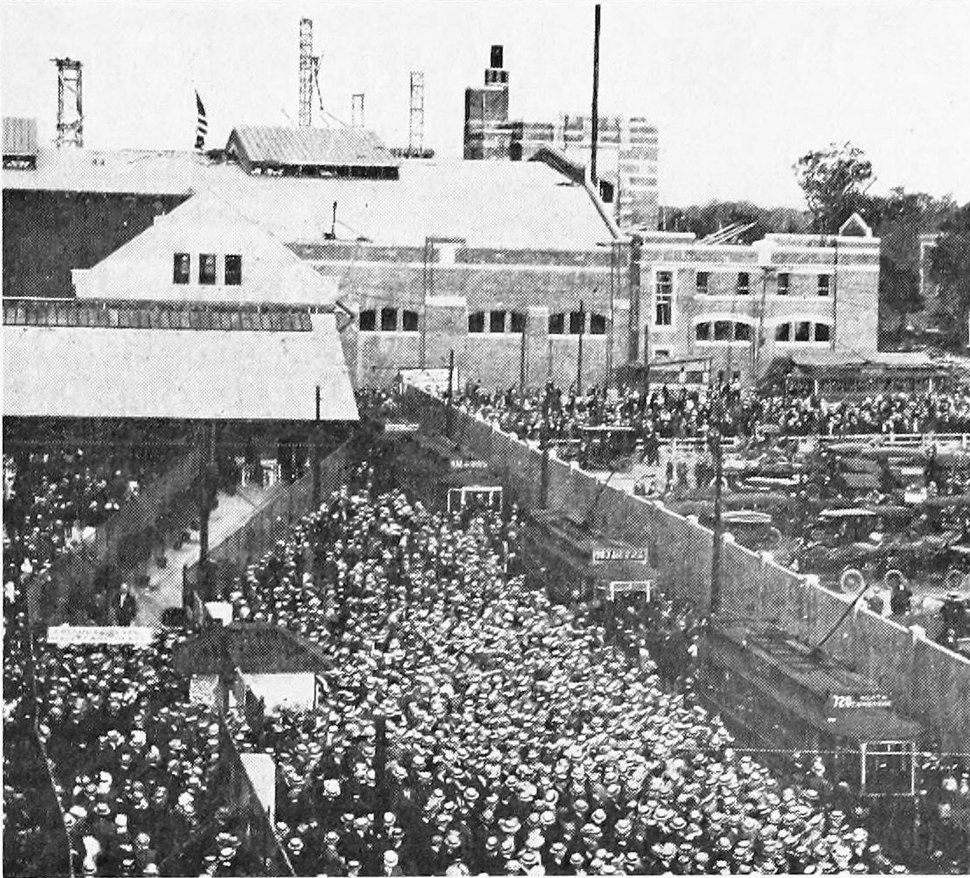 Crowds at Braves Field Loop, opening day, 1915