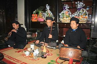 Kèn bầu - Kèn bầu (far left) in a Vietnamese traditional funeral