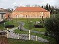 Die Fronte Lamotte war ein Verteidungsabschnitt der ehemaligen Festung Germersheim mit einer der Hauptumwallung vorgelagerten einschenkeligen Grabenwehr. Neben dem Grabwehrgebäude sind heute noch zwei ehemalige Reduitg - panoramio.jpg