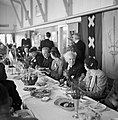 Een lunch georganiseerd voor KLM medewerkers en staf. In het midden zit KLM-dire, Bestanddeelnr 254-2266.jpg