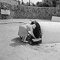 Een vrouw legt een briefje neer bij de graftombe van de filosoof en arts rabbi …, Bestanddeelnr 255-4105.jpg