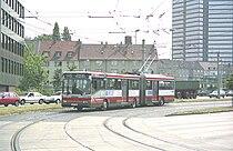 トラム乗り入れに対応し、左側にも乗降用扉を有する「デュオバス」