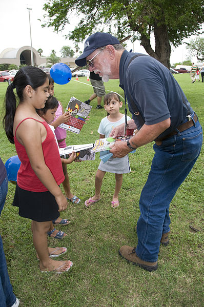 398px-FEMA_-_37563_-_FEMA_representatives_talking_with_children_at_a_Law_Enforcement_celebration_in_Texas.jpg