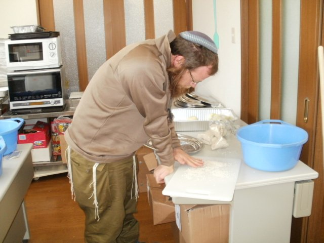 Flickr - Israel Defense Forces - Preparing Challah in Japan (1)