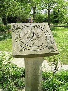 Para medir-se o tempo é necessário um referencial e um evento que se repita  com regularidade, p. ex., a rotação da Terra. Na figura um relógio de sol  ... 9bdaa44fba