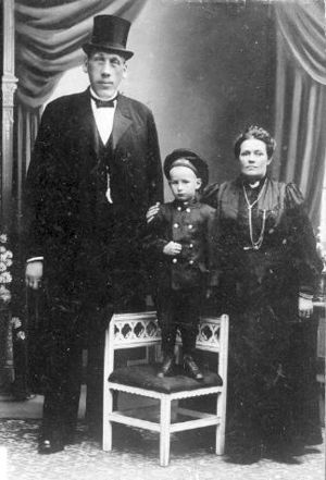 Burs, Gotland - Gustaf Edman with his wife Anna and son Gustaf