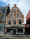 foto van Pand met Haarlemse trapgevel, natuurstenen sierblokken en banden