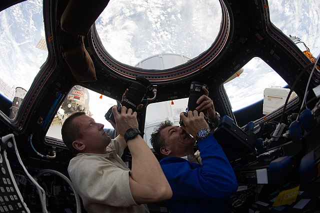 Plik:ISS-27 Dmitri Kondratyev and Paolo Nespoli photograph the Earth through the Cupola.jpg