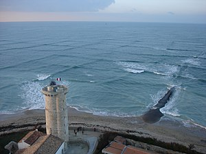 Swell (ocean) - Cross sea of shallow-water swell waves near the Whales Lighthouse (Phare des Baleines), Île de Ré